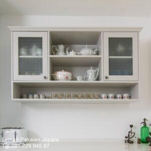 Lemari dapur gantung minimalis modern dan klasik terbaru model desain kitchen set pajangan hias kayu warna putih pintu kaca harga murah
